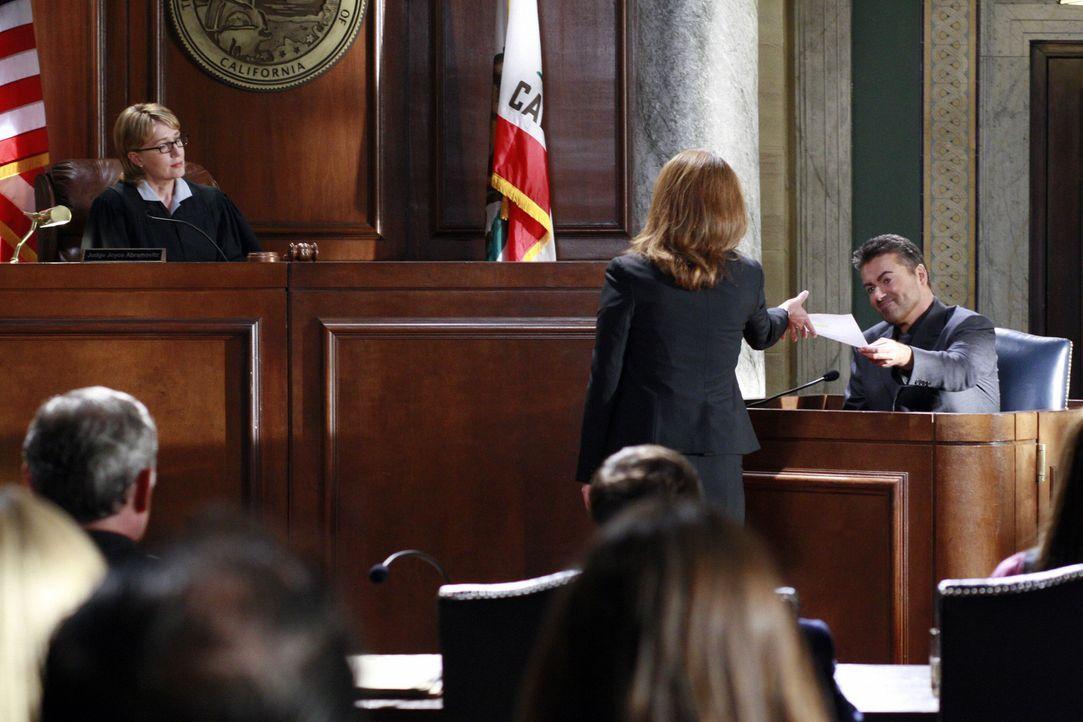 Der Fall sorgt für Aufsehen: George Michael (r.) muss sich den Fragen von Sadie Abrams (Claire Carey, 2.v.r.) stellen. Richterin Stella Tate (Lisa L... - Bildquelle: Disney - ABC International Television