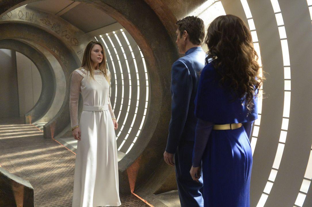 Plötzlich ist Kara (Melissa Benoist, l.) wieder auf Krypton und kann ihren Vater Zor-El (Robert Gant, M.) und ihre Mutter Alura (Laura Benanti) endl... - Bildquelle: 2015 Warner Bros. Entertainment, Inc.