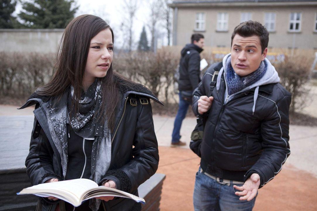 Luzi (Selina Müller, l.) wirft Timo (Rocco Stark, r.) vor, immer noch in Sophie verleibt zu sein ... - Bildquelle: SAT.1