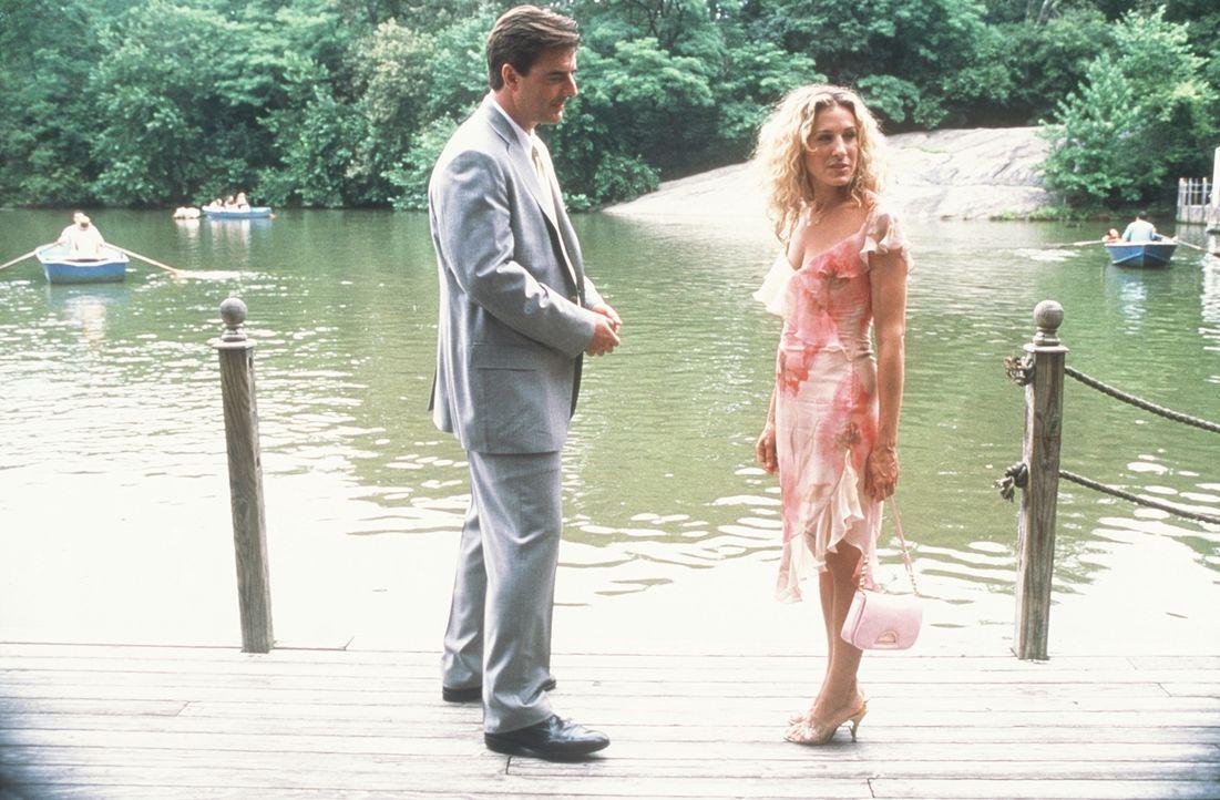 Miranda gibt Carrie (Sarah Jessica Parker, r.) vor deren Verabredung mit Big (Chris Noth, l.) einen weisen Rat, der das Treffen entscheidend veränd... - Bildquelle: Paramount Pictures