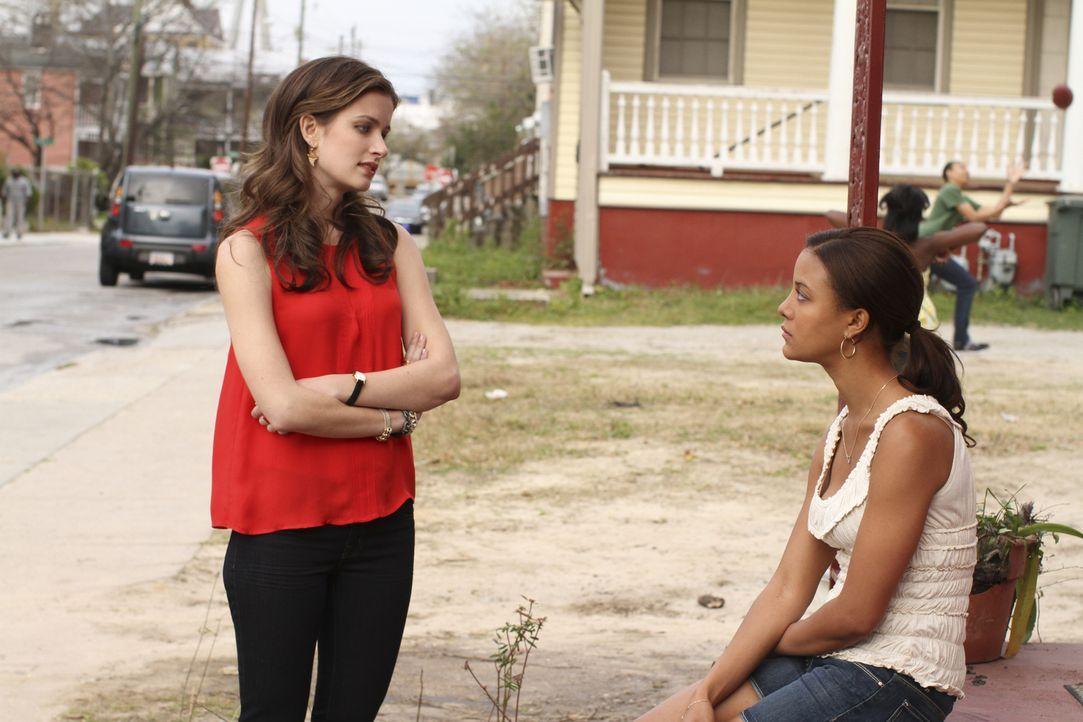 Bei ihrer Suche nach der Wahrheit trifft Jamie (Anna Wood, l.) auch auf Brenda (Heather Hemmens, r.), die sie in einem der übelsten Viertel von Char... - Bildquelle: 2013 CBS BROADCASTING INC. ALL RIGHTS RESERVED.