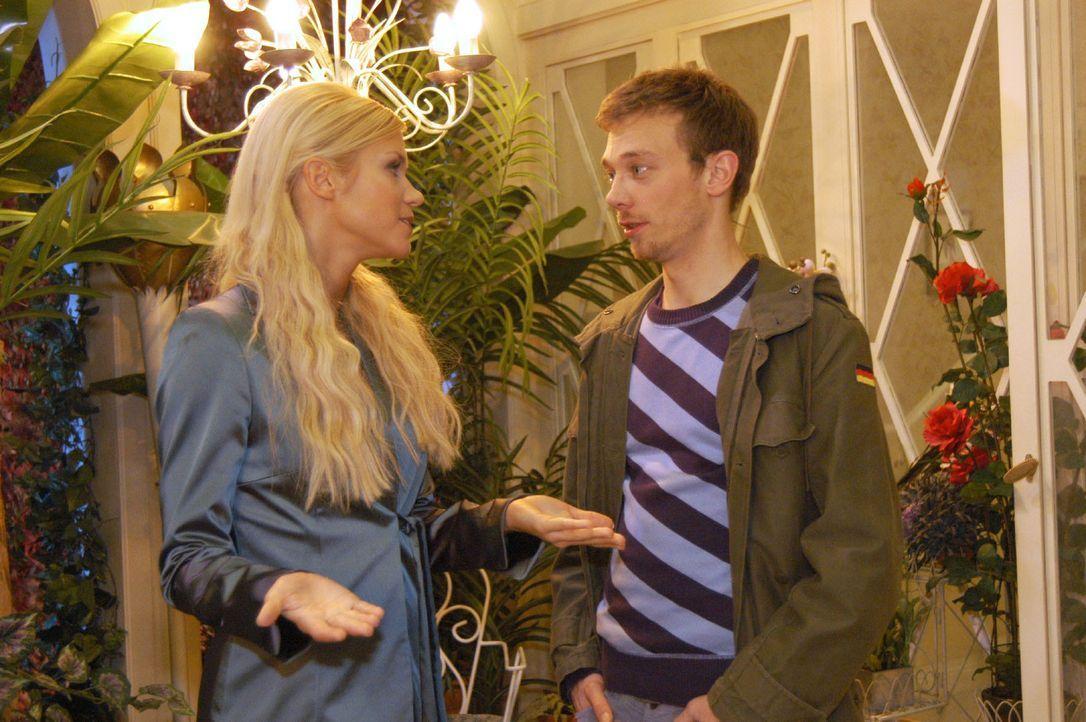 Als Jürgen (Oliver Bokern, r.) versucht, mit Sabrina (Nina-Friederike Gnädig, l.) zu flirten, macht diese ihm unmissverständlich klar, dass er nicht... - Bildquelle: Monika Schürle SAT.1 / Monika Schürle