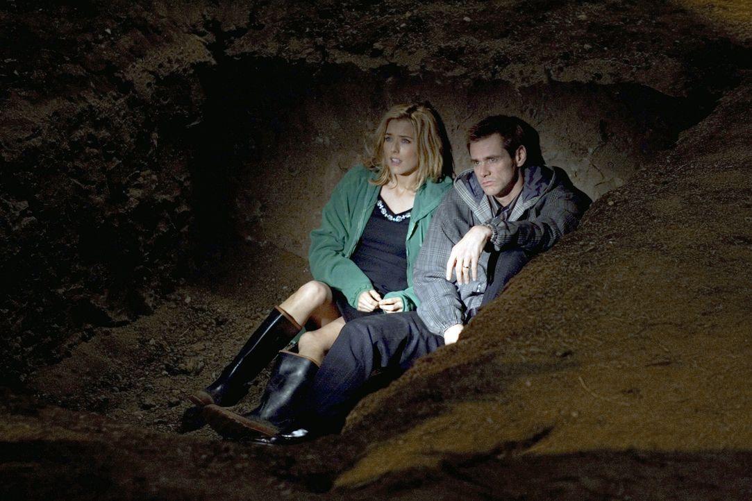 Dummerweise reicht es lediglich zu einem Schlammloch, aber nicht zu einem Swimmingpool: Dick (Jim Carrey, r.) und Jane (Téa Leoni, l.) ... - Bildquelle: Sony Pictures Television International. All Rights Reserved.