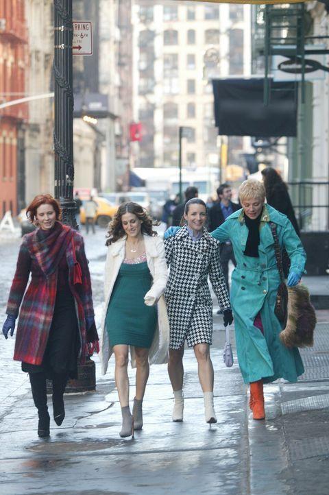 Für Miranda (Cynthia Nixon, l.), Charlotte (Kristin Davis, 2.v.r.), Carrie (Sarah Jessica Parker, 2.v.l.) und Samantha (Kim Cattrall, r.) beginnt ei... - Bildquelle: Paramount Pictures