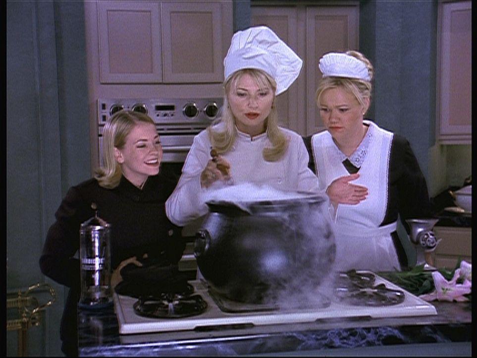(v.l.n.r.) Sabrina (Melissa Joan Hart), Zelda (Beth Broderick) und Hilda (Caroline Rhea) brauen einen Schlaftrunk für Diamanten Dave. - Bildquelle: Paramount Pictures