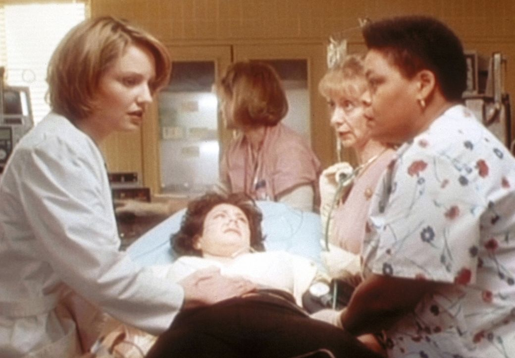 Dr. Lewis (Sherry Stringfield, l.) gelingt es in letzter Sekunde, einen Tumor als Ursache für den extrem hohen Blutdruck einer Patientin festzustel... - Bildquelle: TM+  WARNER BROS.