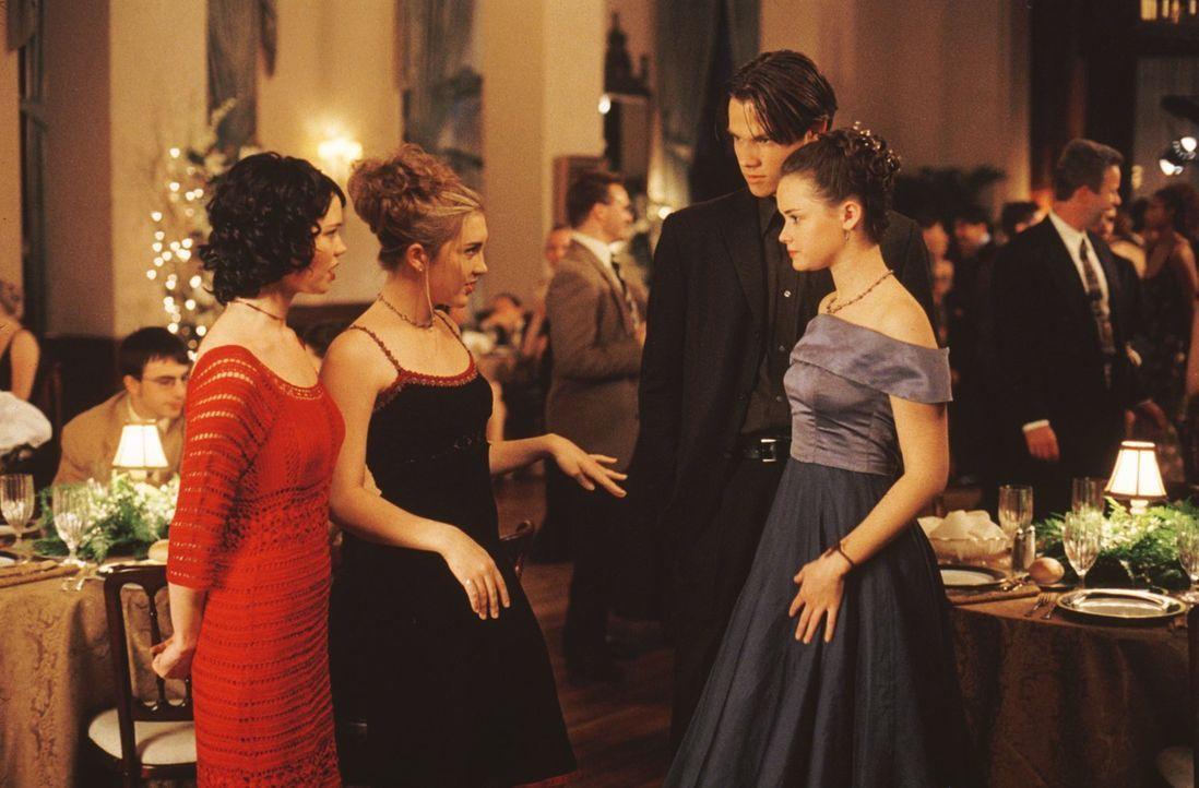 Während Madeline (Shelly Cole, l.), Louise (Teal Redmann, 2.v.l.), Dean (Jared Padalecki, 2.v.r.) und Rory (Alexis Bledel, r.) einige Überraschungen... - Bildquelle: 2000 Warner Bros.