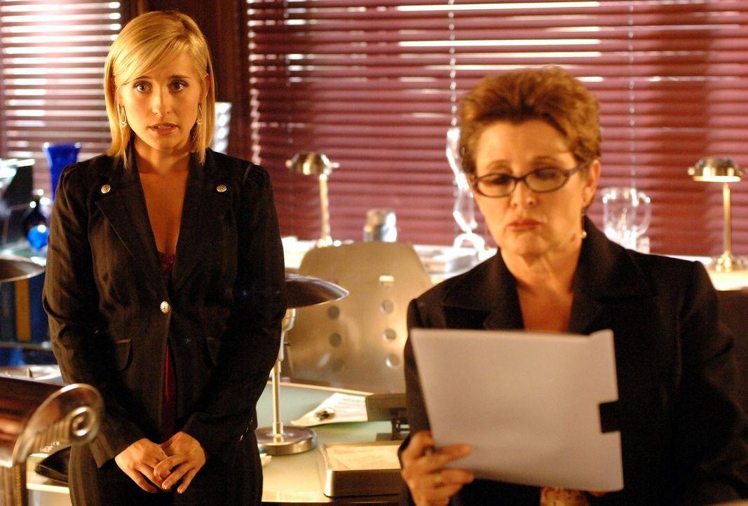Die Chefredakteurin des Daily Planet (Carrie Fisher, r.) ist tough. Sie verlangt von Chloe (Allison Mack, l.) zum Einstieg eine gute Geschichte ... - Bildquelle: Warner Bros.