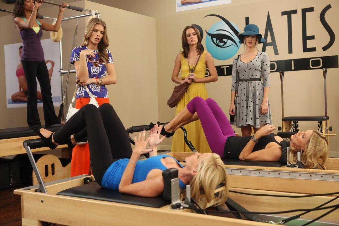 Naomi (AnnaLynne McCord, hinten l.), Erin (Jessica Stroup, hinten M.) und Adrianna (Jessica Lowndes, hinten r.) müssen unbedingt herausfinden, mit... - Bildquelle: TM &   CBS Studios Inc. All Rights Reserved