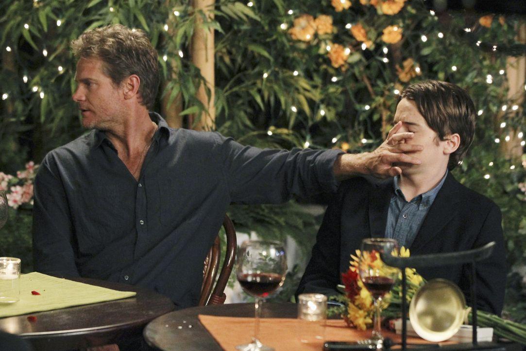 Sind sich nicht immer einig: Travis (Dan Byrd, r.) und Bobby (Brian Van Holt, l.) ... - Bildquelle: 2010 ABC INC.