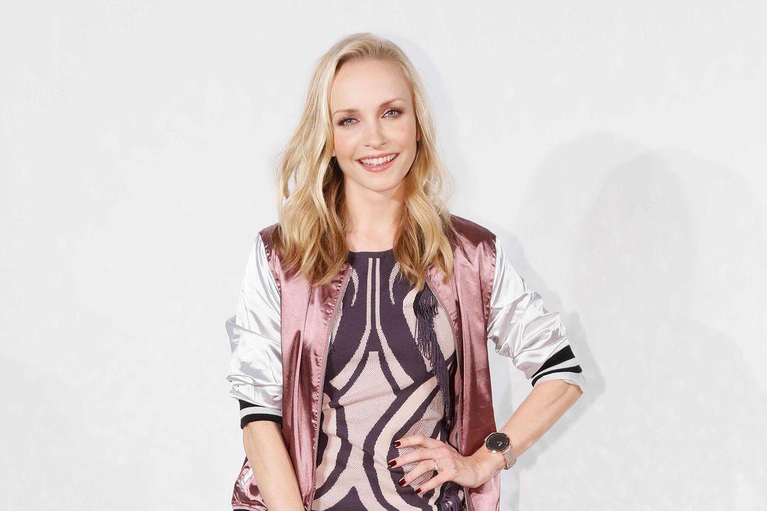 """Lifestyle at its best! Janin Ullmann geht als Fashionista auf Mission und präsentiert beim neuen sixx-Magazin """"Red.Style"""" unter dem Motto """"We make y... - Bildquelle: Richard Hübner sixx"""
