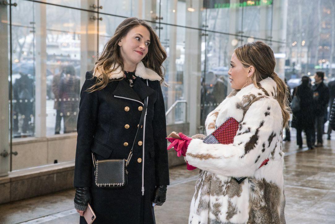 Liza Miller (Sutton Foster, l.); Kelsey Peters (Hilary Duff, r.) - Bildquelle: Zach Dilgard Hudson Street Productions Inc 2018 / Zach Dilgard