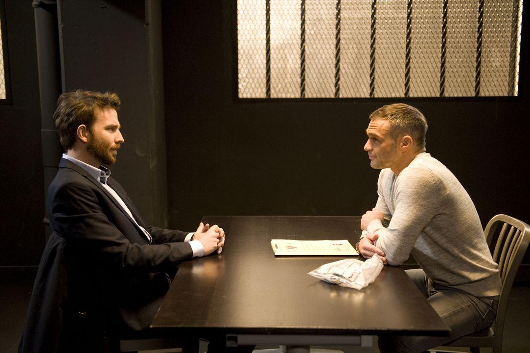 Gabriel Mangin (Martin Mallet, l.) stellt sich der Polizei und Rocher (Philippe Bas, r.) sieht den Mordfall einer jungen Frau schon als gelöst an, d... - Bildquelle: Jaïr Sfez 2012 BEAUBOURG AUDIOVISUEL / Jaïr Sfez