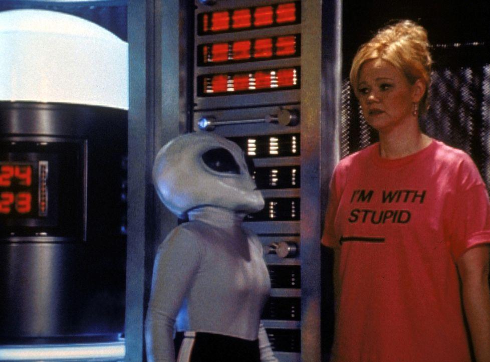 Hilda (Caroline Rhea, r.) ist durch ein von Sabrina gestreutes Gerücht in einer Experimentierstation von Aliens gelandet. - Bildquelle: Paramount Pictures