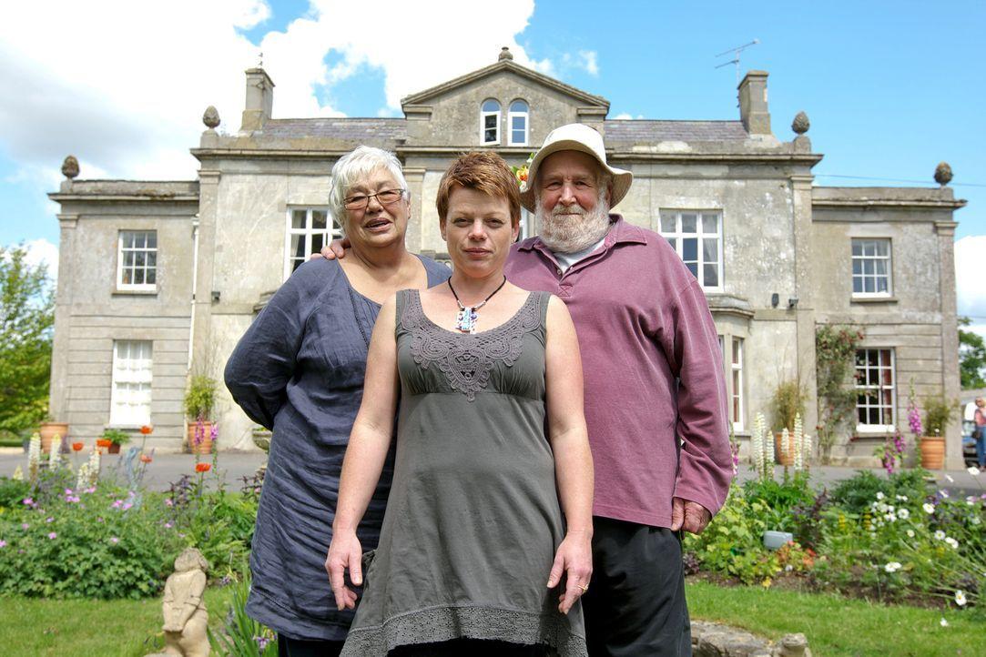 Terry (r.), Maureen (l.) und Jo (M.) brauchen dringend die Hilfe von Alex Polizzi, denn ihr kleines Hotel läuft nicht besonders gut ... - Bildquelle: Channel 5