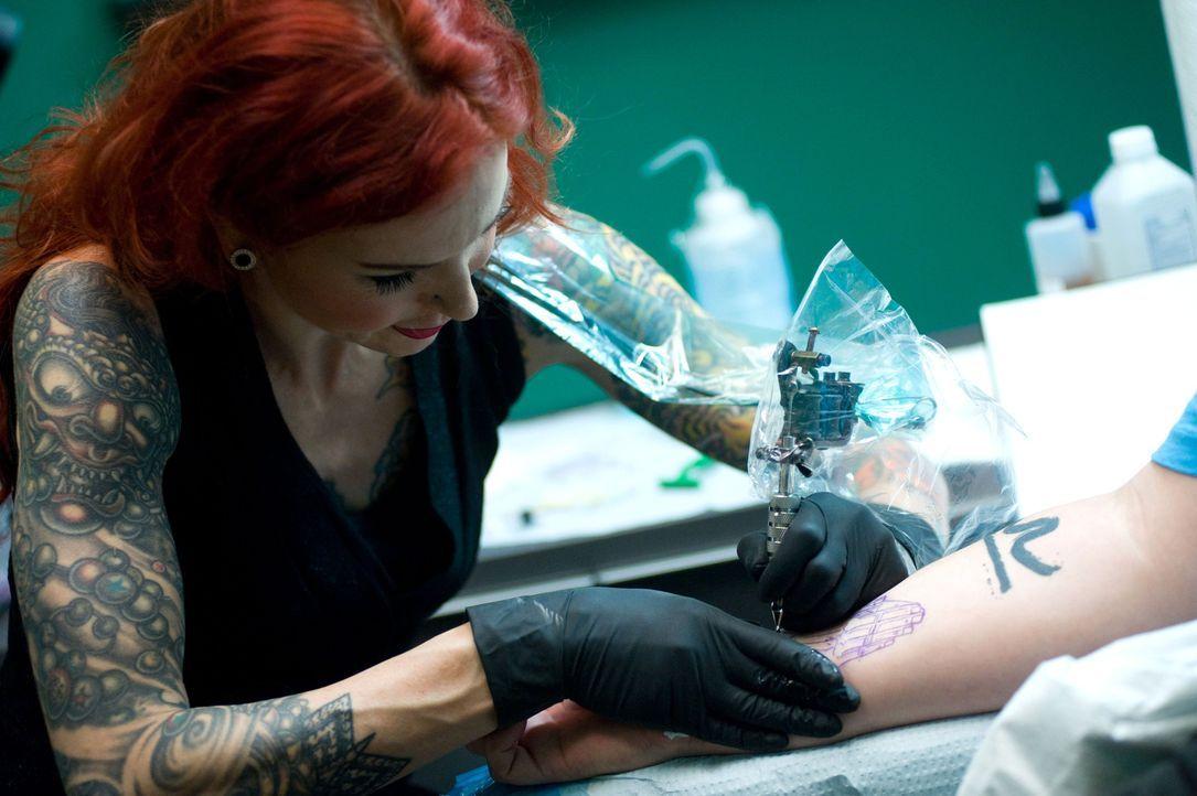 Hände sind eines der schwersten Dinge beim Tätowieren. Wie wird sich die französische Künstlerin Léa Vendetta schlagen? - Bildquelle: Fernando Leon Spike TV