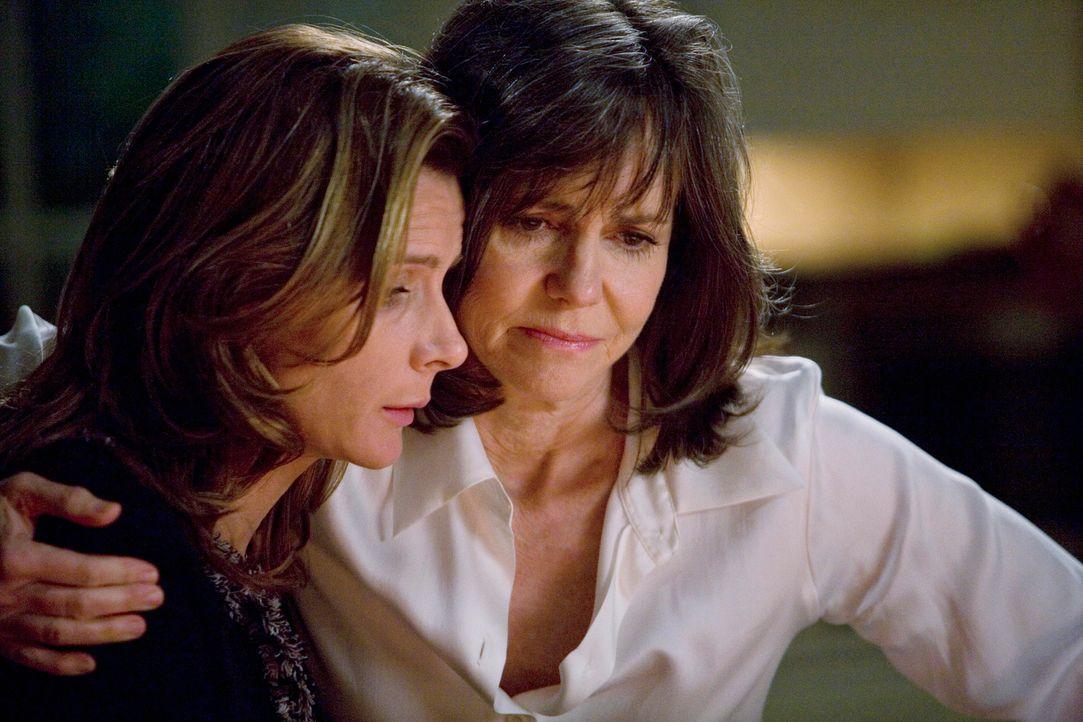 Die Krise des Familienbetriebs macht insbesondere Sarah (Rachel Griffiths, l.) und Nora (Sally Field, r.) zu schaffen - werden die grundlegenden Ver... - Bildquelle: 2008 ABC INC.