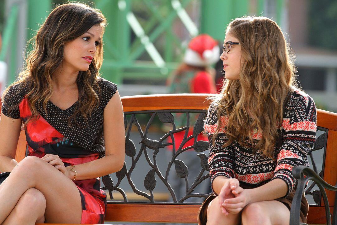 Noch denkt Rose (McKaley Miller, r.), dass es gar keinen besseren Coach als Zoe (Rachel Bilson, l.) für den Schönheitswettbewerb geben kann ... - Bildquelle: Warner Bros.