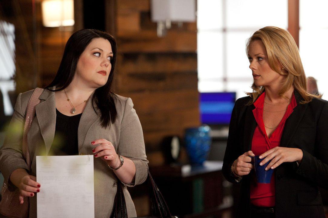 Während Jane (Brooke Elliott, l.) vor Gericht eine böse Überraschung erwartet, hat Kim (Kate Levering, r.) mit ganz anderen Problemen zu kämpfen... - Bildquelle: 2009 Sony Pictures Television Inc. All Rights Reserved.