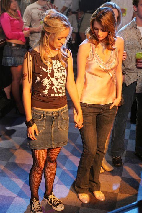 Bei einem Gespräch mit Summer wird Marissa (Mischa Barton, r.) klar, dass sie für Alex (Olivia Wilde, l.) mehr als nur Freundschaft empfindet ... - Bildquelle: Warner Bros. Television