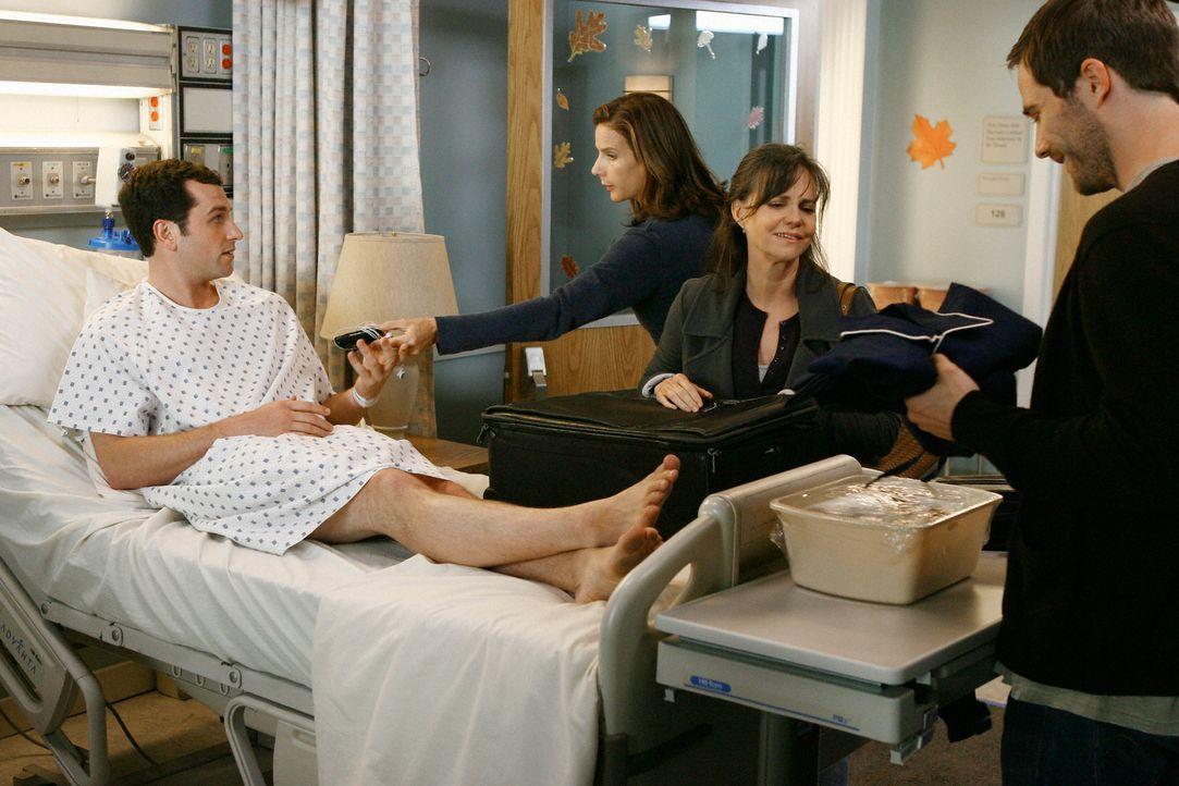 Lebertransplantation: Kevin (Matthew Rhys, l.) ist der leibliche Vater von Elizabeth und kommt als einziger Spender in Frage. Die gesamte Familie hi... - Bildquelle: 2008 ABC INC.