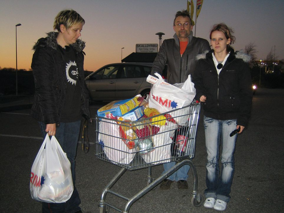 Vater Rüdiger mit den beiden Töchtern Steffanie (l.) und Jennifer (r.) mit vollem Einkaufswagen auf dem Parkplatz. - Bildquelle: kabel eins