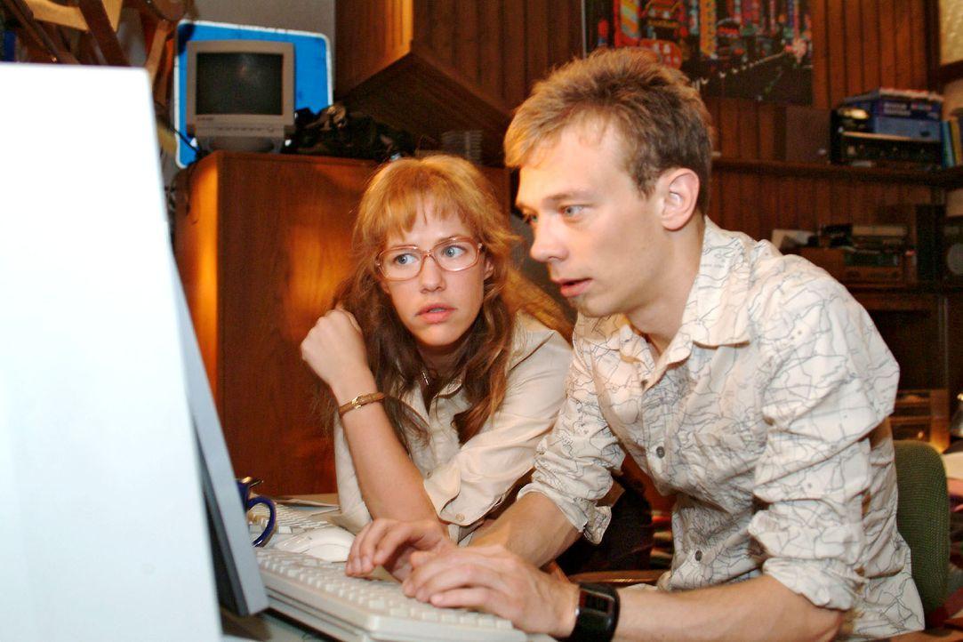 Dank Jürgens (Oliver Bokern, r.) Recherche erhält Lisa (Alexandra Neldel, l.) erste Hinweise auf eine feindliche Übernahme von Kerima Moda. (Dies... - Bildquelle: Sat.1