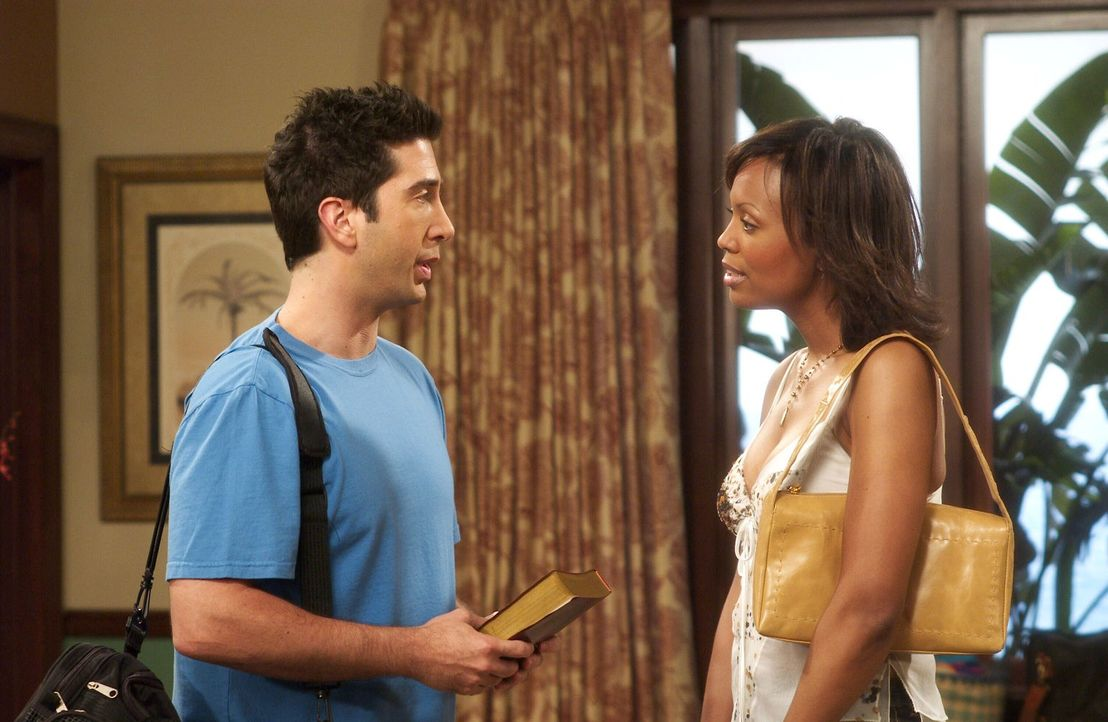 Obwohl sich Ross (David Schwimmer, l.) zu Charlie Wheeler (Aisha Tyler, r.) hingezogen fühlt, ist er doch auf Joey etwas eifersüchtig ... - Bildquelle: 2003 Warner Brothers International Television
