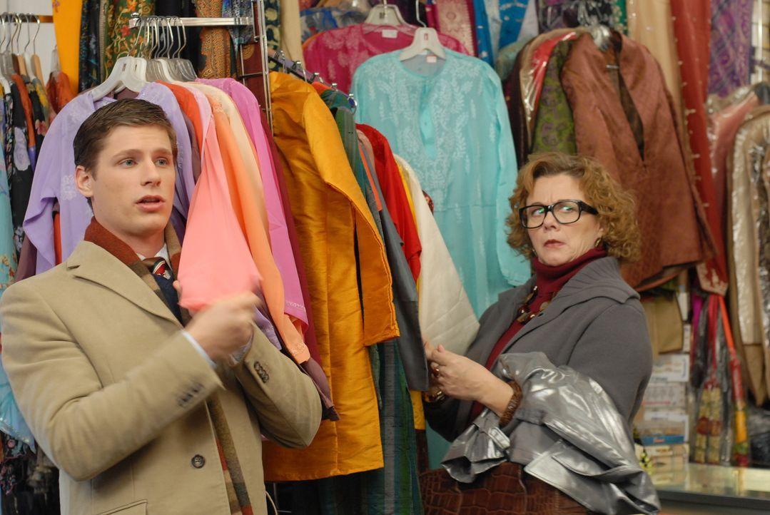 Victory wurde dafür engagiert, ein Kleid für den Filmstar Chloe zu schneidern. Doch zuerst muss ihr Assistent Roy (Matt Lauria, l.) den passenden St... - Bildquelle: 2004 NBC, Inc.