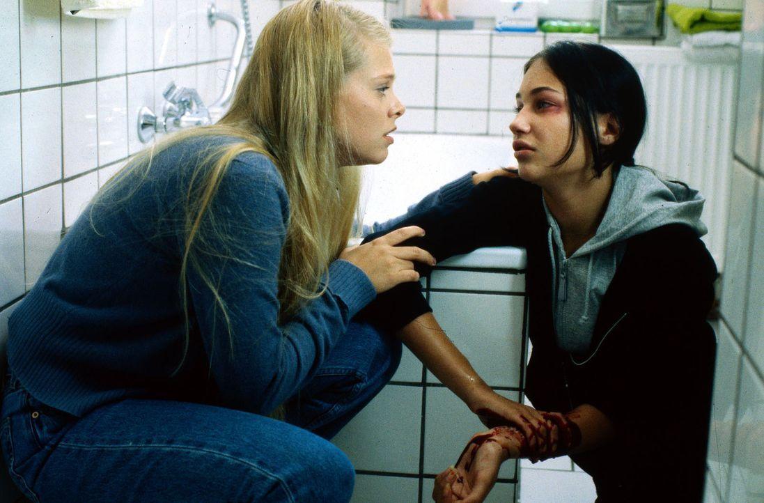 Die 14-jährige Miriam (Julia Palmer-Stoll, r.) ist völlig verzweifelt. Natalie (Anne Sophie Briest, l.) versucht, ihr zu helfen. - Bildquelle: Sat.1