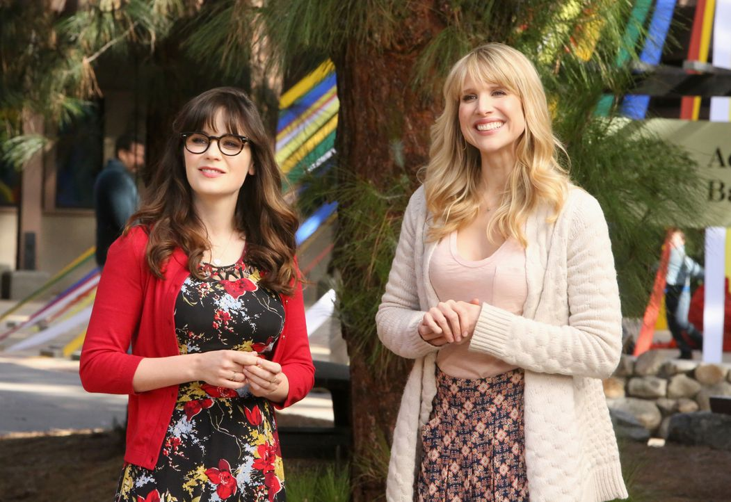 Als Jess (Zooey Deschanel, l.) bei einer Schule vorstellig wird, ahnt sie nicht, dass die Direktorin, Genevieve (Lucy Punch, r.), die neue Freundin... - Bildquelle: Patrick McElhenney 2016 Fox and its related entities. All rights reserved. / Patrick McElhenney