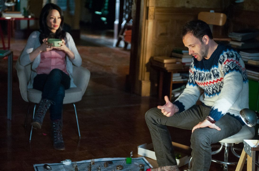 Versuchen, während eines Schneesturms zu verhindern, dass der größte Geldtresor der USA ausgeraubt wird: Sherlock (Jonny Lee Miller, r.) und Joan... - Bildquelle: CBS Television