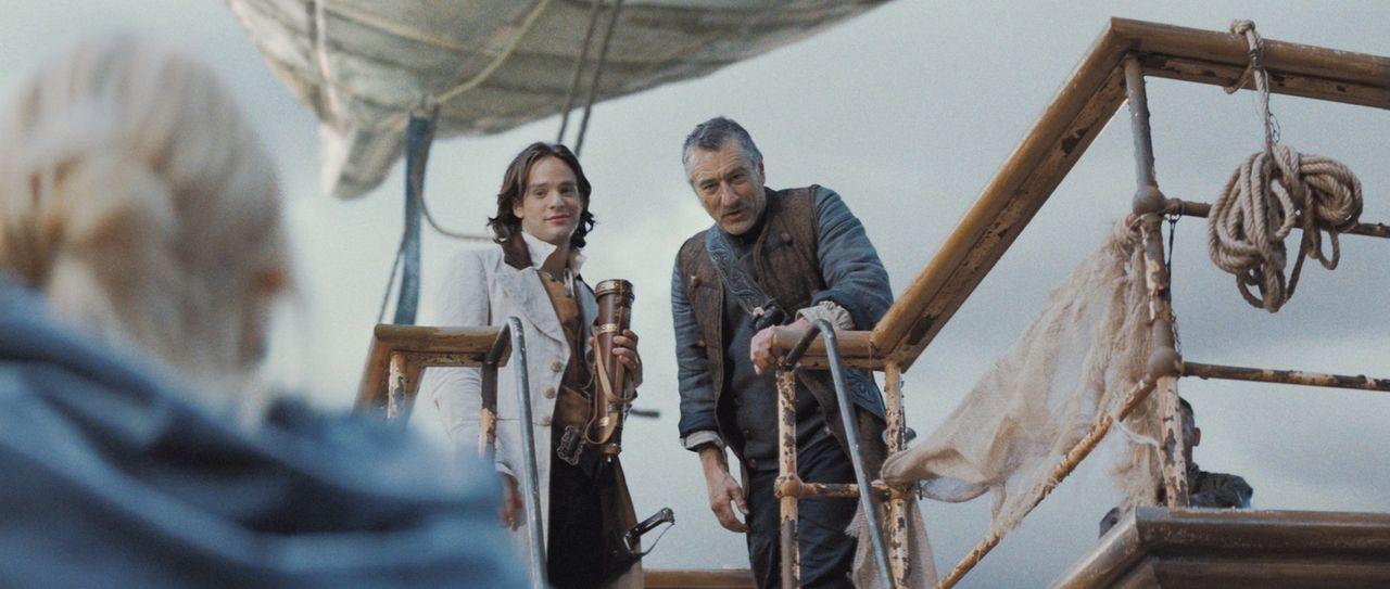 Kurz nachdem sie auf dem Schiff von Captain Shakespeare (Robert De Niro, r.) gelandet sind, verspricht er Tristan (Charlie Cox, l.) und Yvaine (Clai... - Bildquelle: 2006 Paramount Pictures. All Rights Reserved.