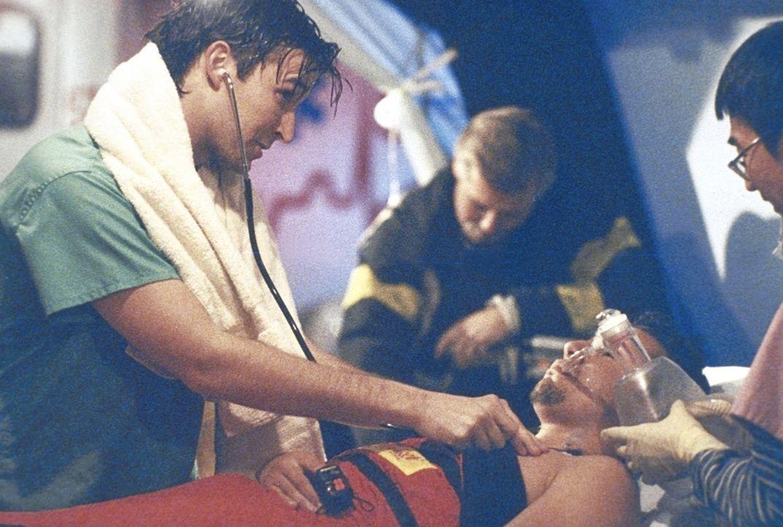 Carter (Noah Wyle, l.) versorgt einen Notfallpatienten. - Bildquelle: TM+  2000 WARNER BROS.