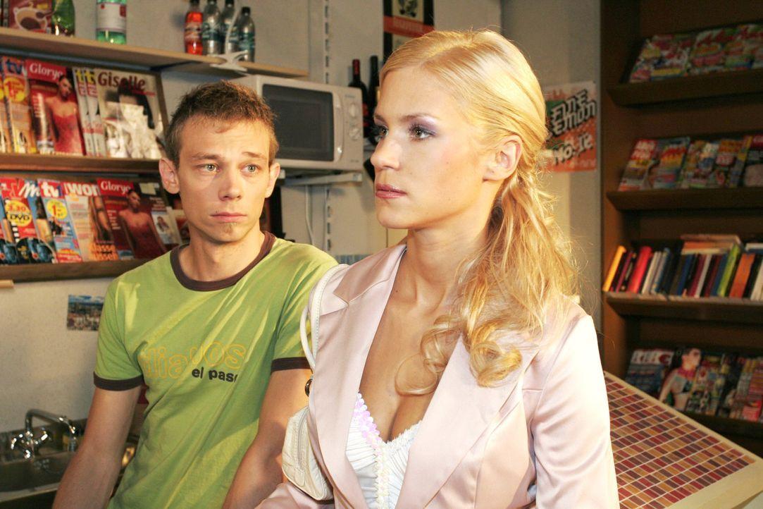 Sabrina (Nina-Friederike Gnädig, r.) versucht sich bei Jürgen (Oliver Bokern, l.) Selbstbestätigung zu holen - und wird kühl abserviert. - Bildquelle: Noreen Flynn SAT.1 / Noreen Flynn