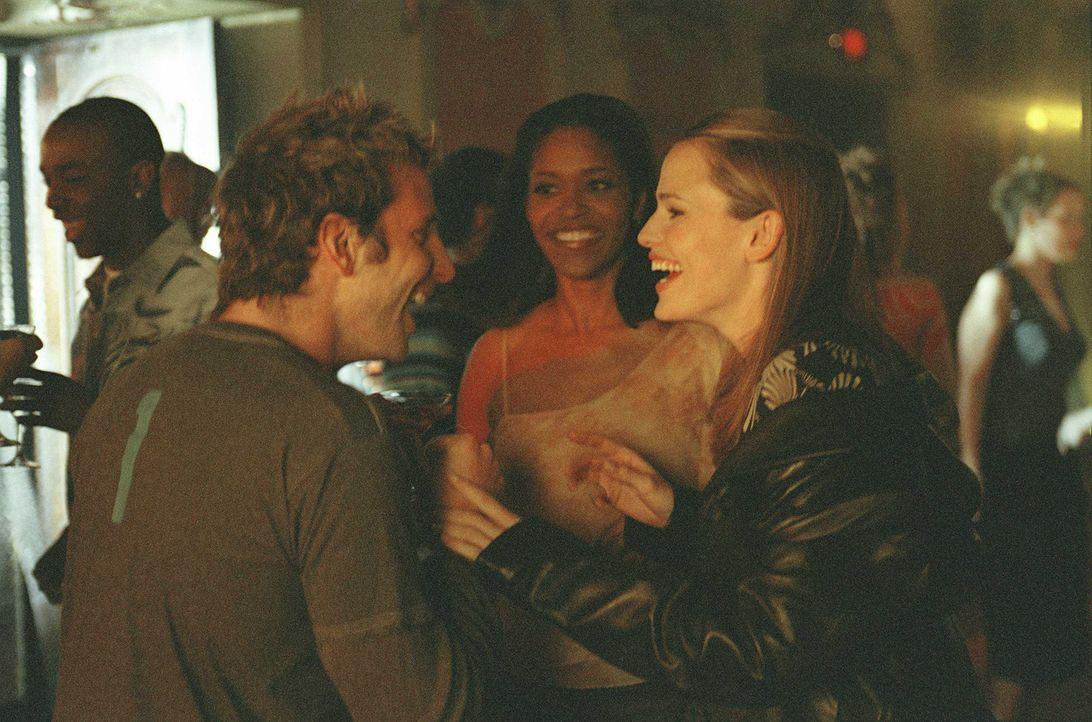 Nach ihrer Rückkehr in die Vereinigten Staaten, gönnt sich Sydney (Jennifer Garner, r.) einen Abend mit ihren Freunden. - Bildquelle: Touchstone Television