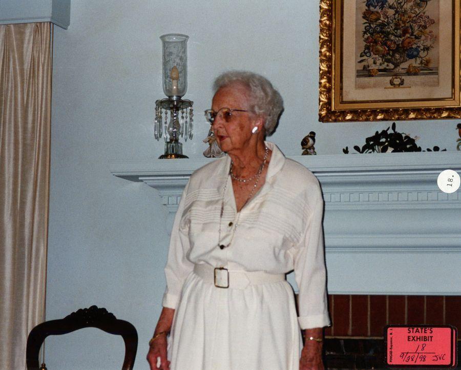 Lola Davis (Bild) wird das erste Opfer von Alica Woodward und John Esposito. Sie rauben die alte Dame aus, töten sie und lassen ihren Körper achtlos... - Bildquelle: 2013 NBCUniversal ALL RIGHTS RESERVED.