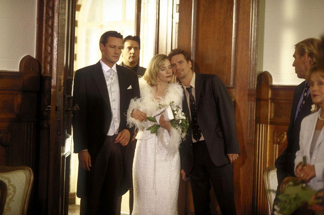 Der große Tag ist gekommen: Endlich wollen Mathilda (Ann-Kathrin Kramer, M.) und Kai (Stephan Benson, l.) heiraten. Doch da überbringt Jan (Michae... - Bildquelle: Prosieben