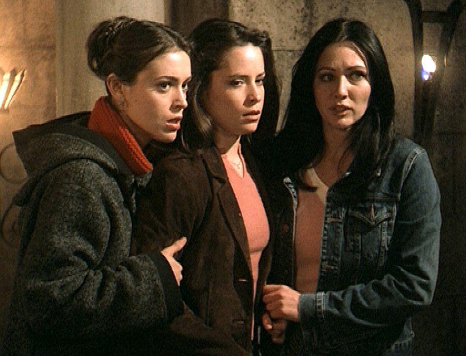 Mit vereinten Kräften und einer List gelingt es den drei Schwestern Phoebe (Alyssa Milano, l.), Piper (Holly Marie Combs, M.) und Prue (Shannen Doh... - Bildquelle: Paramount Pictures