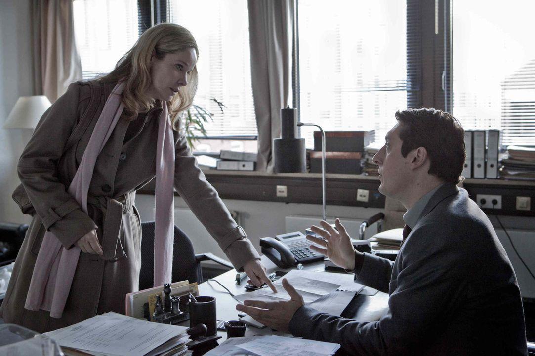 Auch der Betriebsratsvorsitzende Axel Rückert (Hans Löw, r.) versucht Hella (Ann Kathrin Kramer, l.) zu überreden, die Beschuldigungen fallen zu... - Bildquelle: Georges Pauly SAT.1