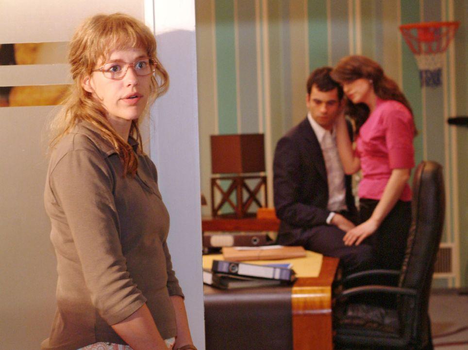 Lisa (Alexandra Neldel, l.) tut es weh, mit ansehen zu müssen, wie Mariella (Bianca Hein, r.) dem unglücklichen David (Mathis Künzler, M.) beiste... - Bildquelle: Sat.1