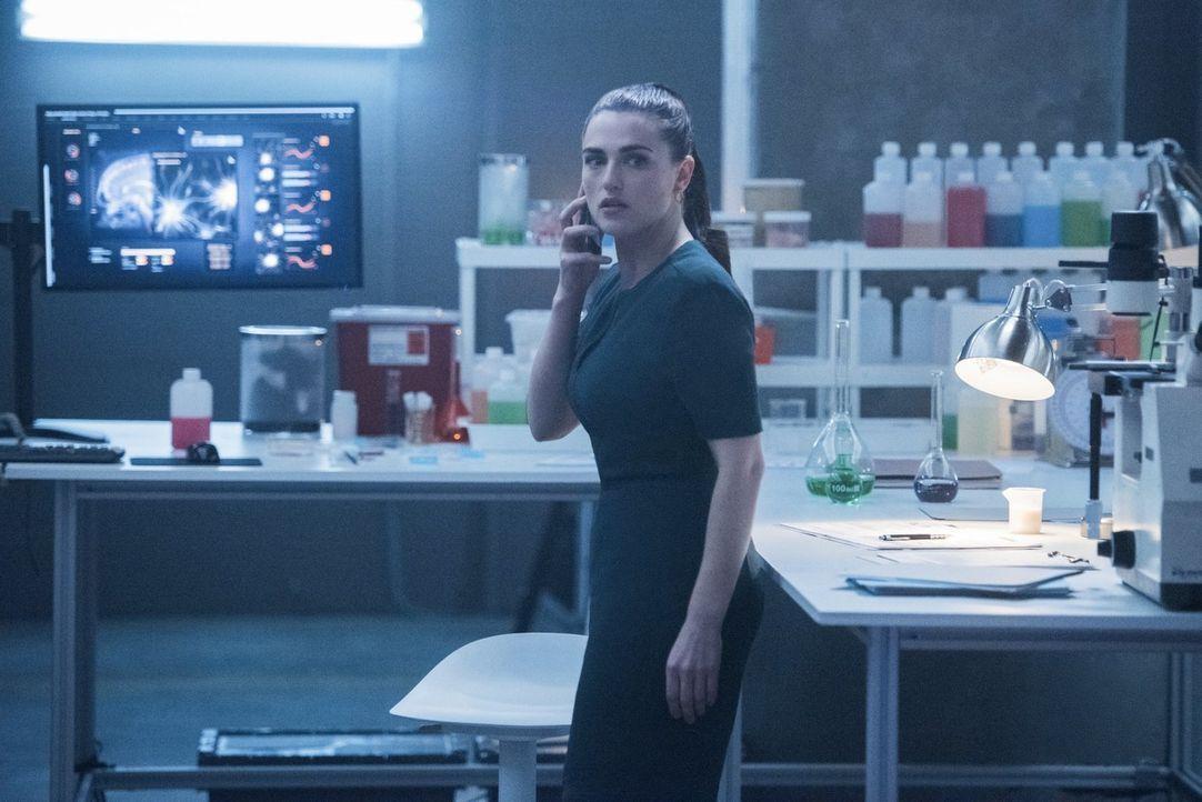 Versucht Lena (Katie McGrath) weiterhin, ohne Hilfe, dem Mysterium um Sams Verwandlung auf den Grund zu kommen? - Bildquelle: 2017 Warner Bros.