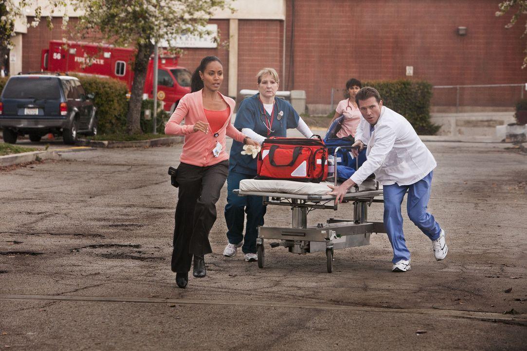 Eilen zu einem Autounfall, bei welchem auch zwei Mitarbeiter des James River verletzt wurden: Christina Hawthorne (Jada Pinkett Smith, l.), Bobbie J... - Bildquelle: Sony 2009 CPT Holdings, Inc. All Rights Reserved