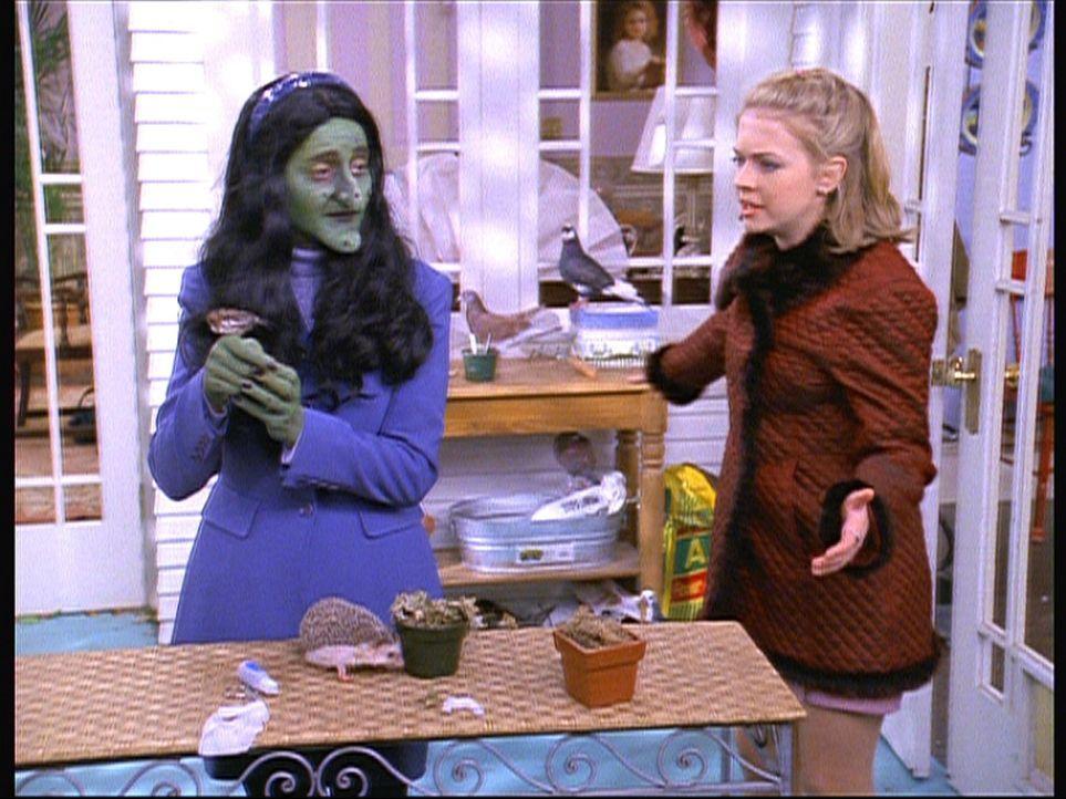 Sabrina (Melissa Joan Hart, r.) ist sehr enttäuscht, als Cousine Susie (Sonje Fortag, l.) aus dem anderen Reich eintrifft. Denn sie sieht aus wie e... - Bildquelle: Paramount Pictures