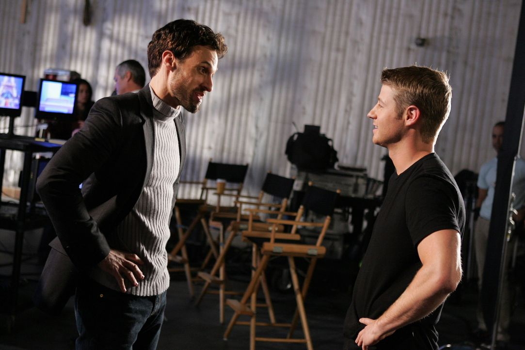 Für Ryan (Benjamin McKenzie, r.) ist es nicht leicht, als er auf Taylors Ex-Mann, Henri-Michel (Henri Lubatti, l.) trifft ... - Bildquelle: Warner Bros. Television