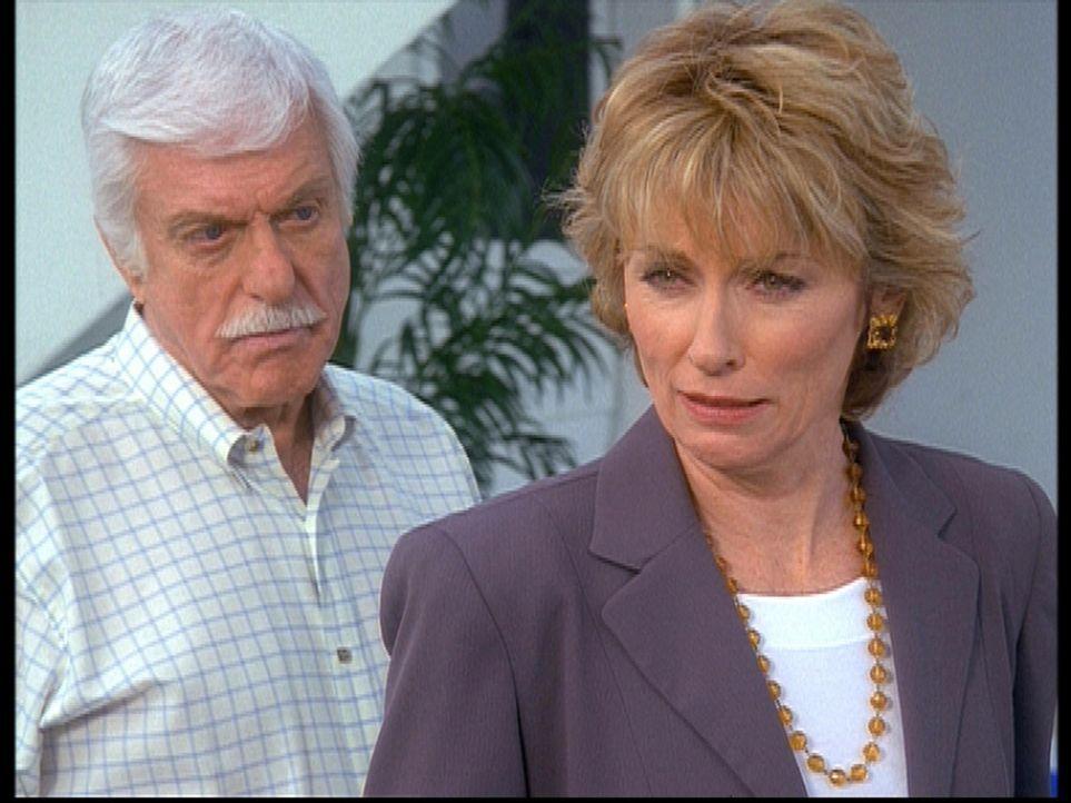 Mark (Dick Van Dyke, l.) konfrontiert Clare (Brynn Thayer, r.) mit seinem Verdacht, dass sie ihren Mann Robert ermordet hat ... - Bildquelle: Viacom
