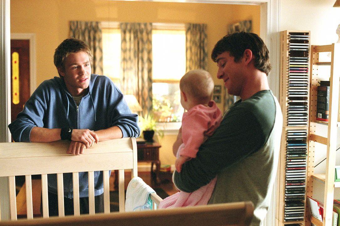 Jake (Bryan Greenberg, r.) nimmt Lucas (Chad Michael Murray, l.) mit in sein Haus und stellt ihm sein schönstes Geheimnis vor ... - Bildquelle: Warner Bros. Pictures
