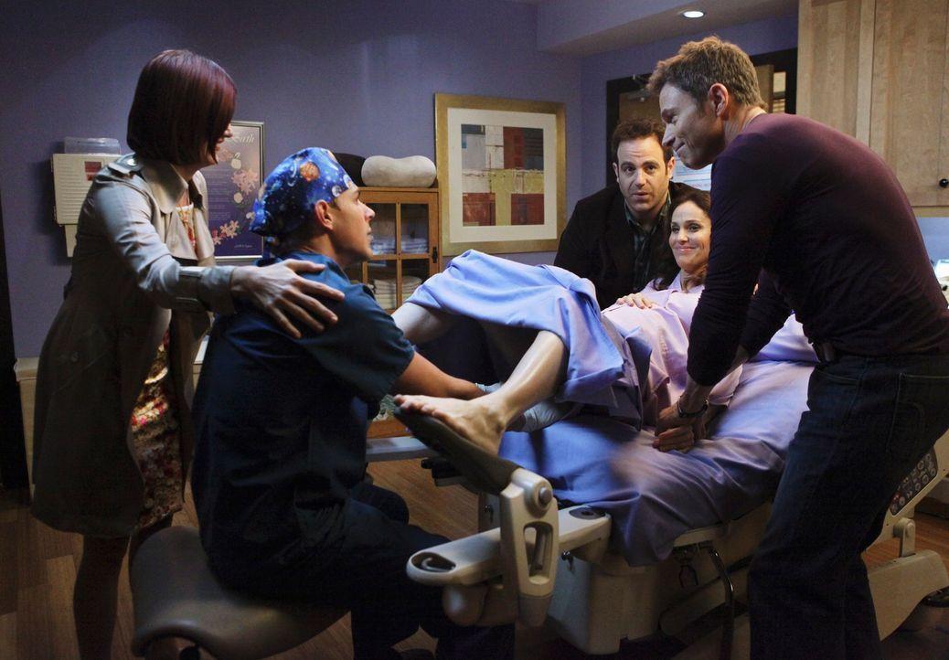 In der Praxis herrscht große Aufregung, da Violet (Amy Brenneman, 2.v.r.) glaubt, Wehen zu haben. Pete (Tim Daly, r.), Addison (Kate Walsh, l.), Del... - Bildquelle: ABC Studios