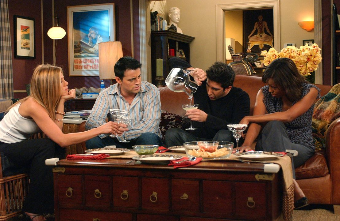 Tun so als wäre alles in bester Ordnung: Joey (Matt LeBlanc, 2.v.l.), Rachel (Jennifer Aniston, l.), Ross (David Schwimmer, 2.v.r.) und Charlie (Ais... - Bildquelle: 2003 Warner Brothers International Television