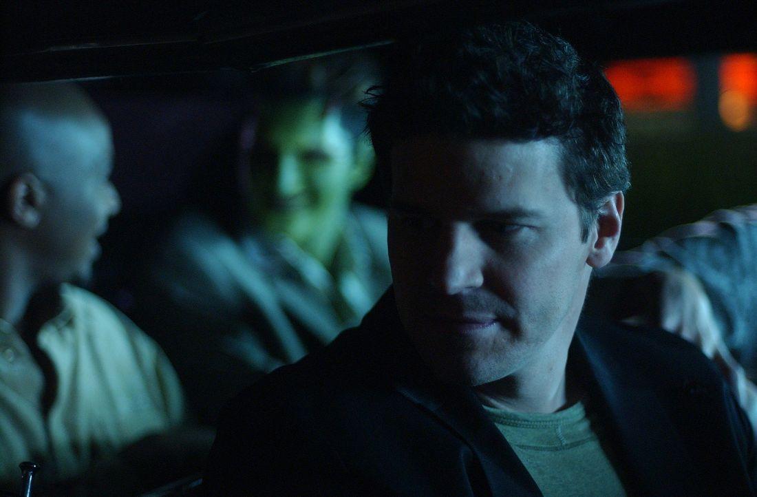 Charles Gunn (J. August Richards, l.), Lorne (Andy Hallett, M.), und Angel (David Boreanaz, r.) fliehen in die Kanalisation ... - Bildquelle: The WB Television Network